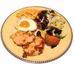 Lomo con huevo, patatas y ensalada